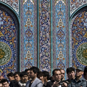 Ali Hamed Haghdoust, Afghan men wait to see the holy flag at the Kart-e Sakhi mosque in Kabul, Photograph, March 21, 2013.