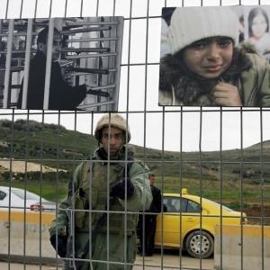 Khaled Jarrar - At the checkpoint, 2007
